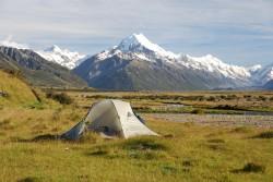 24Nowa Zelandia, okolice Mt Cook. Za kilka godzin skończy się 2009 rok. Drugi Sylwester w drodze. W pobliskim potoku chłodzi się szmpan.